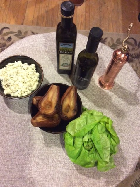 Our table of the six ingredients necessary to prepare the smoked pear salad with gorgonzola for a tasty twist.